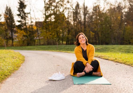 Frau auf Yoga Matte